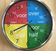 Klokkijken is lastig voor een beelddenker. Hij heeft geen goed gevoel van oriëntatie in de tijd. Tijd en volgorde zegt een beelddenker niets. Maar hoe leer je Math Literacy, Math Classroom, School 2017, Pre School, Fun Learning, Learning Activities, Math Clock, Learn Dutch, Aperol