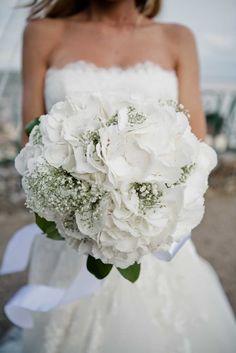 alfabridal.com: Hortensias et gypsophile Whimsical Wedding Flowers, White Wedding Flowers, Wedding Flower Arrangements, French Wedding, Glamorous Wedding, Wedding Story, Bride Bouquets, Bridal, Wedding Decorations