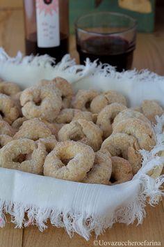 Le ciambelline al vino rosso sono dei semplicissimi biscotti appartenenti alla cucina tradizionale del Lazio. Sono ottime per una merenda o per un dopocena. #PinterestxAltervista