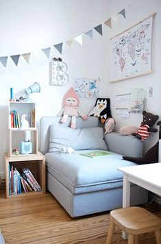 Lese- und Kuschelecke im Kinderzimmer mit Vallentuna Sofa von Ikea