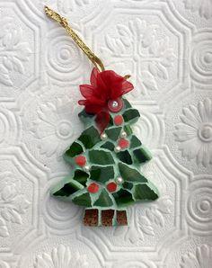 Christmas Tree Decorations, Christmas Ornaments, Christmas Trees, Christmas Mosaics, Holiday Crafts, Holiday Decor, Plate Crafts, Xmas Gifts, Mosaic Tiles