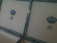 Para Benício   O tecido usado para revestimento foi Toile de Jouy, funco azul e estampa branca em composição com Piquet branco e algodão listrado em azul claro e branco.
