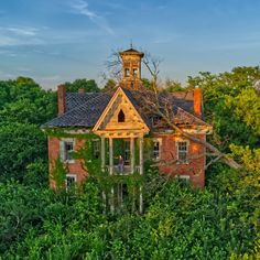 This Abandoned Victorian Mansion in Ohio is a place urban explorers dream about. Some abandoned places we find are for sale but many are forgotten. Abandoned Buildings, Abandoned Ohio, Old Abandoned Houses, Old Buildings, Abandoned Places, Old Houses, Old Mansions, Abandoned Mansions, Classical Architecture