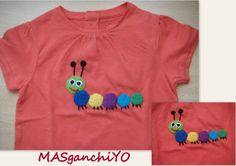 Camiseta decorada con ciempiés de crochet.