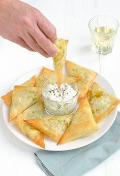 samosa with raita Samosas, Indian Food Recipes, Vegetarian Recipes, Tapas Dishes, India Food, Happy Foods, Savory Snacks, Iftar, Nutrition