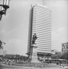 Budowa złocistego wieżowca przy Placu Dzierżyńskiego (dziś Bankowym).