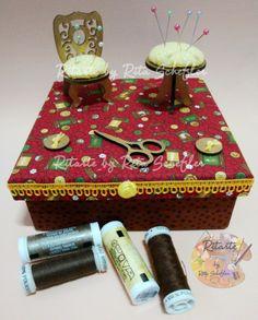 Caixa de costura com forração de tecidos e apliques em miniaturas agulheiros por Ritarte by Rita Schelfer - facebook