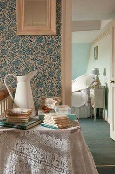 home interior decor ideas Old Cottage, Cottage Living, Cottage Style, Beach Bedding Sets, Cottage Wallpaper, Antique Wallpaper, Elsie De Wolfe, Victorian Bedroom, Living Vintage