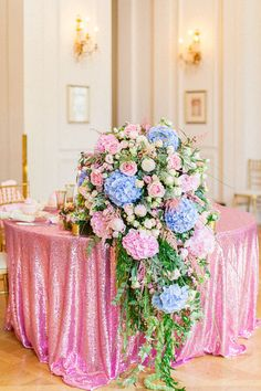 blue and pink sweetheart table @weddingchicks