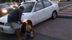 FOTOGRAFIA ANULUI: Cum a scăpat un român de blocajul de pe roată ... Roman, 1, Vehicles, Funny, Fotografia, Car, Funny Parenting, Hilarious, Fun