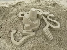 Halfway between architecture and art, Calvin Seibert performs impressive geometric sandcastles with angular shapes and curves. Some beautiful ephemeral structures that the artist managed to keep up despite the difficulty of the sand used as material.