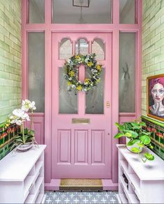 Una casa llena de color en Londres. Y una cuenta deco en instagram de éxito Beautiful Space, Beautiful Homes, Porch Decorating, Interior Decorating, Interior Design, Decoracion Vintage Chic, Pink Houses, Victorian Homes, House Painting