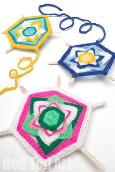 How to Make God's Eye Tutorial - All you need is yarn and sticks for this simple God's Eye Tutorial! This is a fun and easy craft even kids can do! How to make God's Eye style craft with a pretty flower pattern!