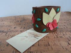 Bracelete couro aplicação flor e borboletas leather bracelet flower application and butterflies