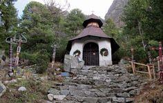 Auch die Kirche des Friedhofs ist anders. Foto: Doris Kirchen, Gazebo, Outdoor Structures, House Styles, Decor, Pictures, Kiosk, Decoration, Pavilion