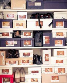 O simplemente conserva las cajas de los zapatos y pega fotos de cada par en el frente de cada caja.