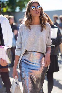 Chica usando un look con sudadera y falda de lápiz