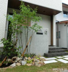 やわらかい雰囲気をつくる緑の力 Front Garden Landscape, Casa Cook, Garden Images, Japanese House, House Front, Garden Inspiration, Outdoor Gardens, Outdoor Living, Garden Design