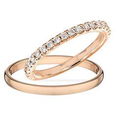 Obrączki ślubne dla panny młodej i pana młodego wykonany z różowego złota. Pierścień panny młodej ustawiony przez diamenty.