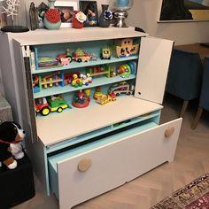 Speelgoed, speelgoed en nog eens speelgoed: het tweejarige zoontje van presentatrice Sandra Schuurhof heeft de boel in huis al helemaal overgenomen. En dat terwijl Sandra zo'n opgeruimd type is. Geeft niks, Thomas heeft alweer een handigheidje bedacht. Ze gaan een opruimmeubel maken!