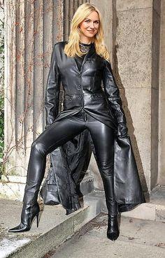 Als Kontrast gibt es auf www. High Heels als farbenfrohe, fröhliche Pop Art. Long Leather Coat, Black Leather Pants, Mode Latex, Leder Outfits, Leather Dresses, Sexy Outfits, Skirt Outfits, Leather Fashion, Pop Art