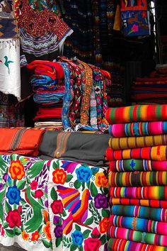 Venta de textiles en Mercado Artesanias, Guatemala,