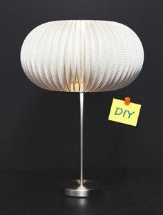 Cómo hacer una lámpara con platos de cartón: ¡muy fácil! - Decomanitas Diy Paso A Paso, Table Lamp, Lighting, Home Decor, Ideas, Cardboard Furniture, Salvaged Furniture, Glue Sticks, Lamp Shades