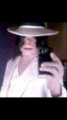 Michael Jackson - A very very rare picture of him taking a photo of himself with his phone. :) He didn't like the way it turned out so he quit doing this not too long after this photo was taken lol. Photos Of Michael Jackson, Michael Jackson Rare, Jackson Family, Jackson 5, Rare Pictures, Rare Photos, Jackson's Art, The Jacksons, This Is A Book