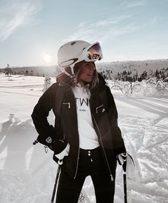 Afbeelding over meisje in mode door Chanel Giovanna Ski Fashion, Fashion Week, Winter Fashion, Chanel Fashion, Arab Fashion, Sporty Fashion, Sporty Chic, Daily Fashion, Komplette Outfits