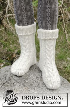 Snow Boots - Knitted slippers with cables and rib. The piece is worked in DROPS Eskimo. - Free pattern by DROPS Design Drops Design, Knitted Slippers, Crochet Slippers, Knit Crochet, Knitting Socks, Free Knitting, Winter Knitting Patterns, Crochet Design, Knitting