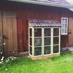 Instagram photo by På landet med Klara (@palandetmedklara) 11/07/2015 Nu frodas tomatplantorna inne i skåpet har lite målning kvar annars är det funktionsdugligt! #gammlafönsterfårnyttliv #fönsterbågar #växtskåp #växthusskåp #växthus