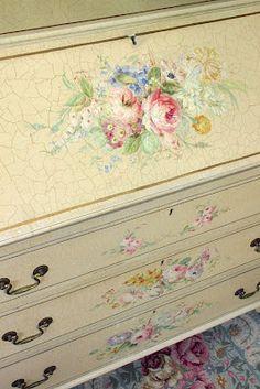 Como os decia en otra entrada soy aficionada a las manualidades, pero apenas una novata, no obstante, me encantan los muebles decorados, ya...