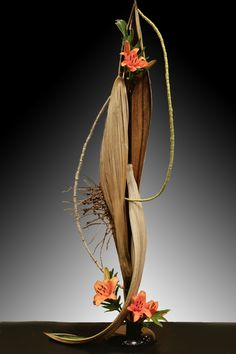 Unique Flower Arrangements, Ikebana Flower Arrangement, Ikebana Arrangements, Unique Flowers, Flower Vases, Palm Frond Art, Palm Tree Art, Palm Fronds, Flower Show