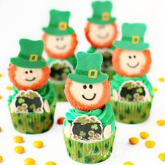 This St. Patrick& Day decorate Oreo Cookies and use them to create adorably cute Leprechaun Cupcakes. Each little leprechaun happily holds a pot of gold. Green Cupcakes, Kid Cupcakes, Rainbow Cupcakes, St Patricks Day Cupcake, St Patricks Day Food, Saint Patricks, Orange Candy, Green Candy, Chocolate Covered Pretzels