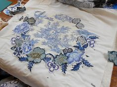 """Supergoof Quilts """"wreaths at . Machine Applique, Wool Applique, Applique Patterns, Two Color Quilts, Blue Quilts, Antique Quilts, Vintage Textiles, Medallion Quilt, Quilt Tutorials"""