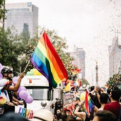 En plenosiglo XXI podemos decir que losestigmasalrededor de lahomosexualidadhan disminuido pero no han desaparecido. Debemos recordarle al mundo queel amor no distingue de género edad clase social o raza. Que el corazón toma decisiones propias que están fuera de nuestra jurisprudencia y no importa cuándo ni cómo al final del díael amor gana. Hoy el mundo (y la Ciudad de México) se pinta de colores a favor delos derechos de la comunidad LGBTQ paracelebrar la diversidad y recordarle al mundo?