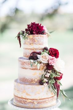 20 Burgundy Wedding Cakes You'll Love Burgundy wedding cake ideaBurgundy wedding cake idea Wedding Cake Rustic, Wedding Cake With Topper, Flowers On Wedding Cake, Blush Wedding Cakes, Wedding Cakes With Gold, Vintage Wedding Cakes, Hawaii Wedding Cake, Wedding Table, Copper Wedding Cake