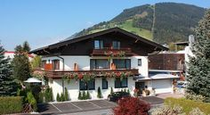 Hotel Garni Landhaus Gitti Zell am See Located in Zell am See, Landhaus Gitti is only an walk from the Areitbahn Cable Car, which takes guests to the Schmittenhöhe Ski Area. Free WiFi is available. Best Rated, Free Wifi, Austria, Skiing, Cabin, Mansions, House Styles, City, Hotels