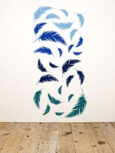 Blaue Leichtigkeit | Die Wandtattoo Federn gibt es in Sets mit Federn in jeweils zwei Farben. Für den Farbverlauf: Einfach mehrere Sets in den Wunschfarben kombinieren. TIPP: Die Federn gibt es in mehr als 35 Farben für kreative Wandideen.