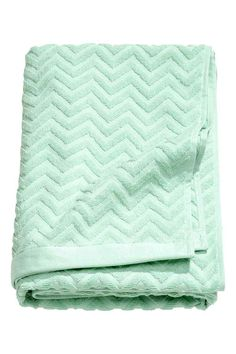 Jacquard-patterned bath towel: Bath towel in cotton terry with a jacquard-weave pattern. Hangers on the short sides.