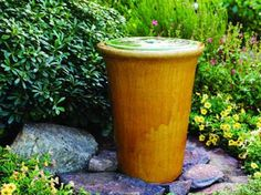 How to make an easy water feature for a small garden, using clay pots, a filtration pump and a few other accessories Water Fountain Design, Diy Fountain, Fountain House, Garden Fountains Outdoor, Indoor Water Fountains, Garden Types, Diy Garden, Landscaping With Rocks, Backyard Landscaping