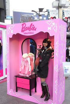 Barbie Box Photo Booth--So love this! How cute for a little girl party. Even big girls love Barbie. Barbie Theme Party, Barbie Birthday Party, Girl Birthday, Party Themes, Ideas Party, 30th Party, Themed Parties, Theme Ideas, Photo Booth Backdrop