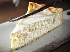 """עוגת גבינה עם בצק פריך של ד""""ר מאיה רוזמן ואלינוער רובין Dessert Cake Recipes, Food Cakes, Fondant Cakes, Confectionery, No Bake Cake, Cake Cookies, Sweet Recipes, Yummy Recipes, Cake Decorating"""