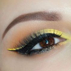 Yellow eye make up (never would've thought of using yellow but looks cool) Trucos de maquillaje #boda y #fiesta