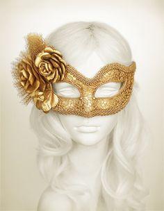 Máscara de la mascarada de oro metálico con rosas de tela - máscara de bola de mascarada oro cubierto de estilo veneciano con flores de encaje