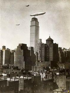 Редкой фото: дирижабль пристыковался к небоскребу еще до того, как площадка была достроена.