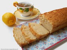 Raffinement et délicatesse caractérisent le cake au citron: barre dorée à  la tranche jaune clair, à la texture moelleuse, sucrée et à peine acide.  Un peu de farine, du sucre, du yaourt de soja (en remplacement des œufs),  de l'huile (pour le beurre), des agents levants et le zeste et le jus du
