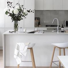 Styling perfection via @thedesignchaser   those bar stools though 😍 #silla_home #interiorinspo #scandinaviandesign #furniture #barstools #stools #interiorinspo #inspiration #scandi #whiteliving