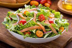 Cette délicieuse recette de salade au saumon fumé est très facile à faire, permet de faire le plein d'énergie en plus d'être savoureuse à souhait :)