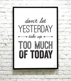 Flott poster med teksten Dont't let yesterday...